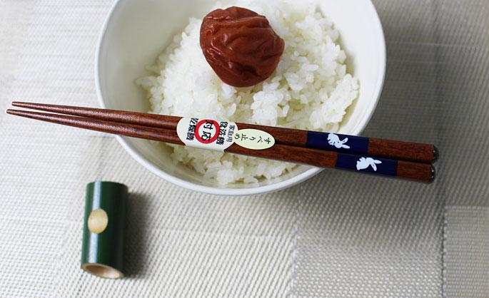 【竹の箸をプレゼントや贈り物に/京都から販売】短い子供用箸(うさぎ青/滑り止め付き)木製・男の子用:説明1