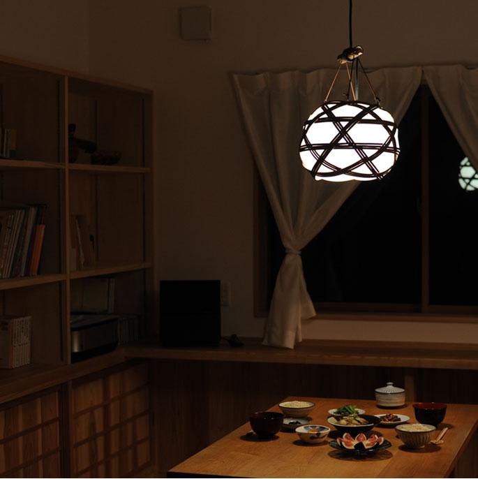 ダイニングテーブルの上に和風照明を設置されたご様子