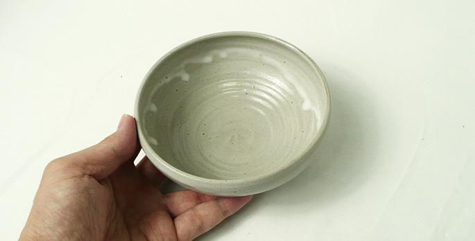 「道半の小皿-品番7(グレー・深みある小鉢)」手に取った様子