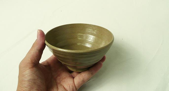 「作家物のお茶碗(香染/サイズ小)・赤茶」手に取った様子
